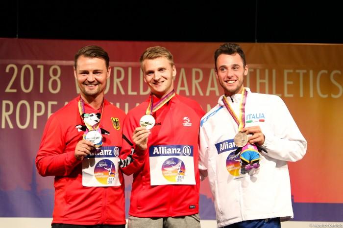 表彰式の様子。左からポポフ、ヨルゲンセン、ペタゴーニ