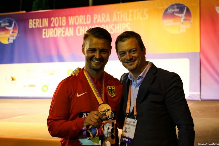 表彰式では、IPC(国際パラリンピック委員会)会長のA・パーソンズ氏も祝福した