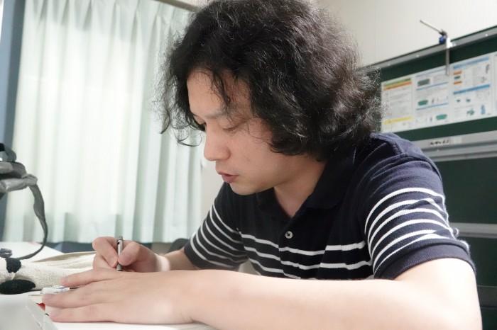 販売する単行本にサインを施す肥谷圭介氏 写真・久下真以子