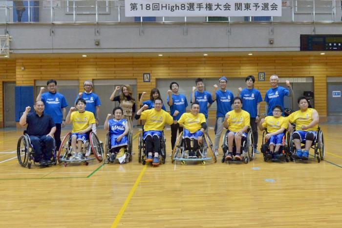 高橋さん(前列左)が所属するクラブチーム「群馬マジック」試合を終えて