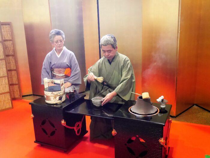 茶道コーナー、目の前でお茶を点(た)ててくれる