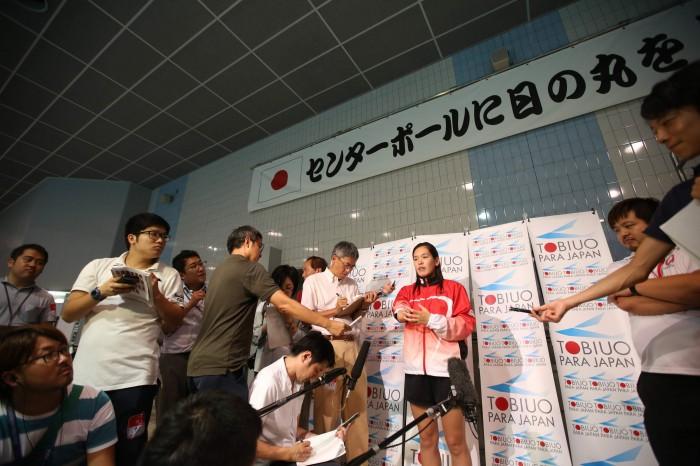 囲みインタビューに応じる選手。一ノ瀬メイ(右前腕欠損/近畿大学) (写真・内田和稔)