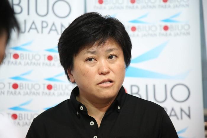 インタビューに応じる峰村史世監督 (写真・内田和稔)