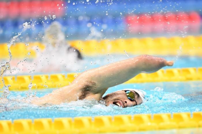 150個人メドレーSM4でキャメロン・レズリー(NZL)と競い合った鈴木孝幸(ゴールドウィン)の泳ぎ