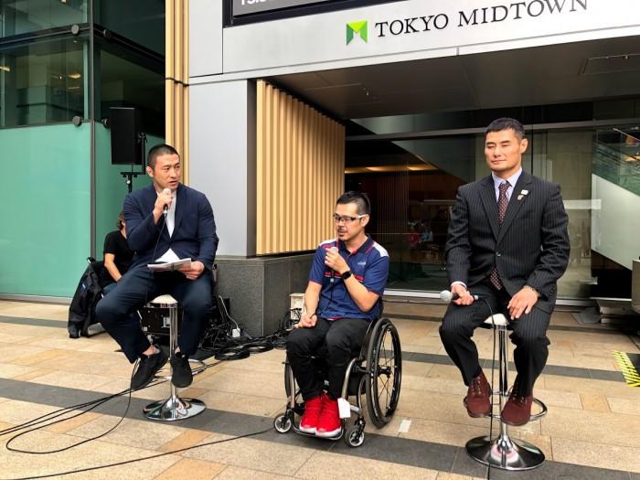 ゲストとして参加した藤本聰(右)とウィルチェアーラグビー元日本代表の三阪洋行(真ん中)。MCは総合格闘家の大山峻護(左)