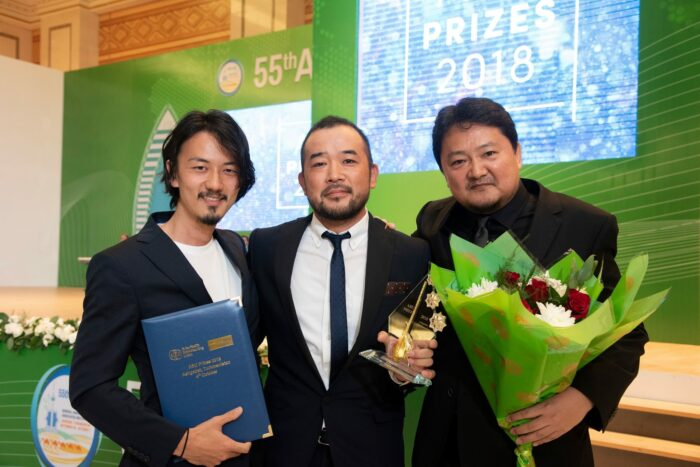 ABU賞の授賞式で。左から、ディレクター:中島悠、チーフプロデューサー:太田慎也、プロデューサー:大野丈晴 (写真提供:WOWOW)