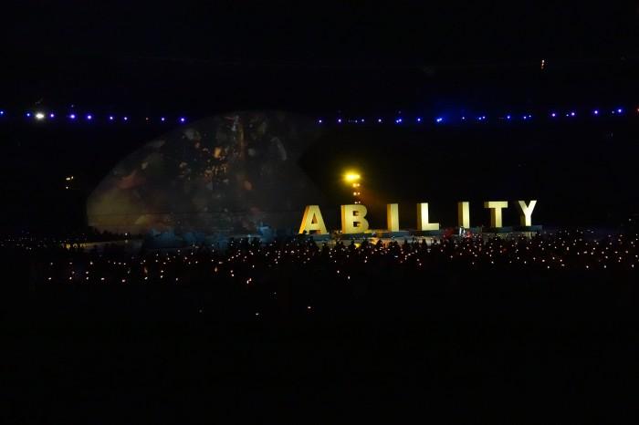 夜空に浮かび上がるABILITY(=能力)の文字。この後、障がい者によるダンスパフォーマンスが披露された