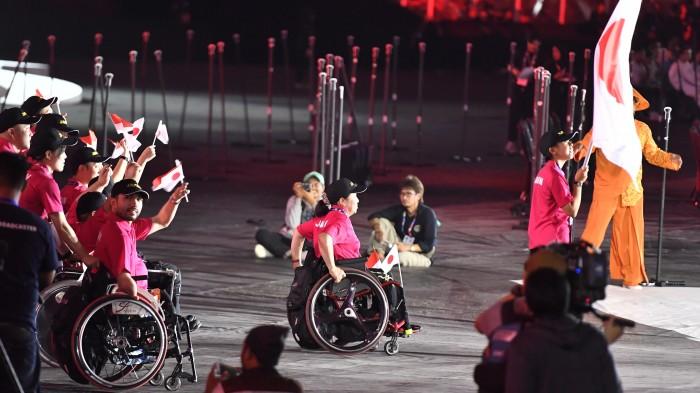インドネシア2018アジアパラ競技大会、日本選手団の入場。選手団主将は水泳の金メダリスト、水泳チームのキャプテン・鈴木孝幸 写真・山下元気