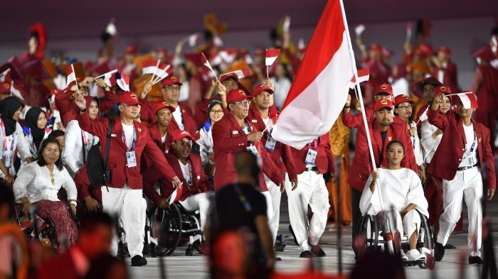 開催国インドネシア選手団の入場行進。インドネシアからは296(男子188・女子108)人が参加する 写真・山下元気