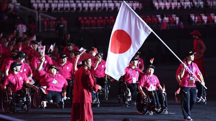日本選手団の入場行進。旗手をつとめるのは陸上の前川楓 写真・山下元気