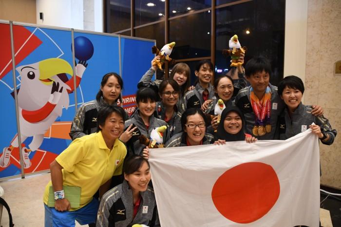 全員のメダルを首にかける監督市川さん・選手・スタッフでの記念撮影