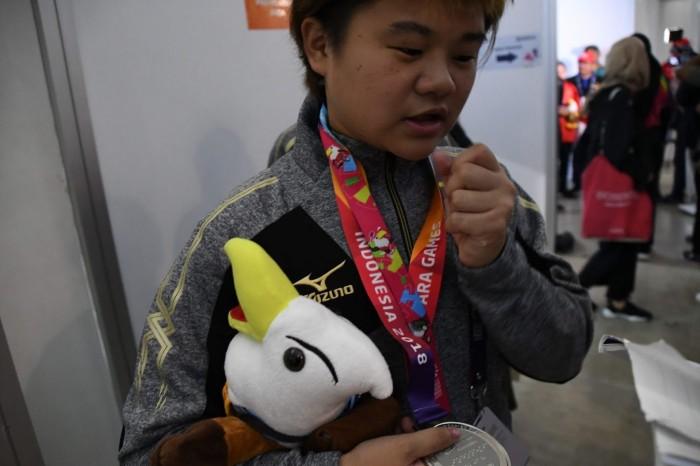 出口舞。銀メダルを手に、嬉しそうにはにかんだ 写真・新部遥希