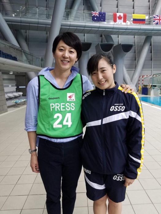 記念写真。元競泳選手の萩原智子(左)と辻内。