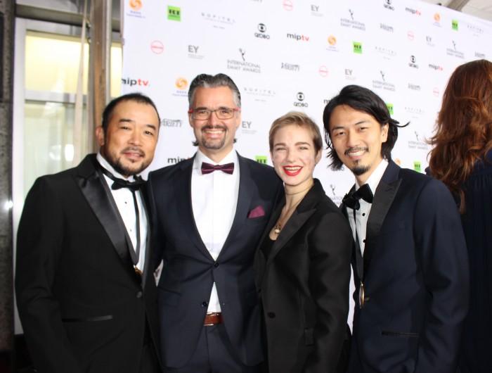 レッドカーペットで笑顔を見せる「WHO I AM」チーム。(左からWOWOW太田慎也プロデューサー、IPC アレクシス・シェイファーCommercial & Marketing Director、車いすフェンシング金メダリストのベアトリーチェ・ヴィオ、中島悠ディレクター)