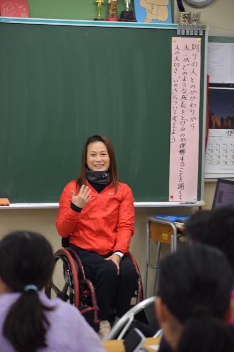 横浜市立鉄小学校で講演するパラ陸上・中山和美