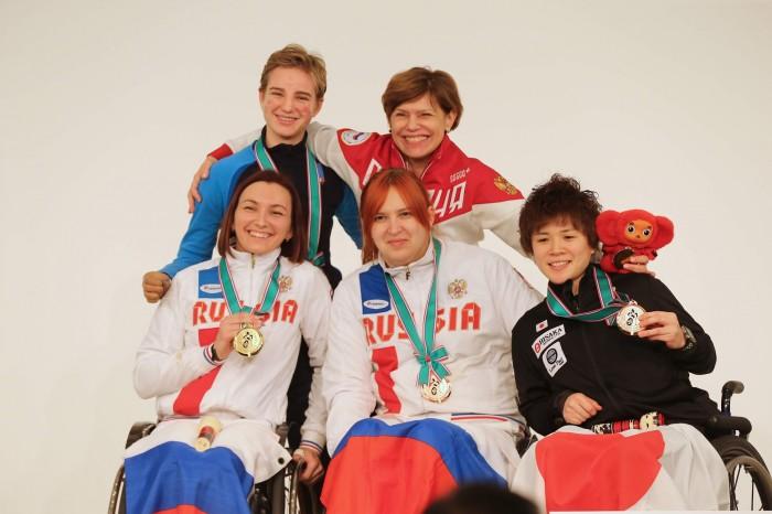 女子フルーレ・カテゴリーBの表彰式(3位決定戦は行われず2人が銅メダルを受賞)写真・中村Manto真人