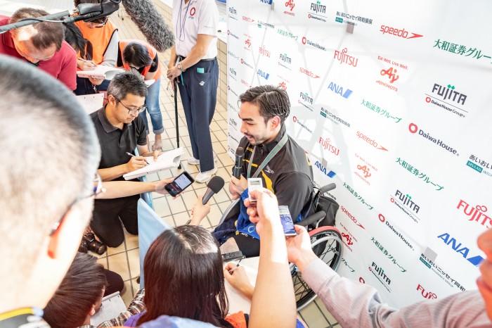 50メートル背泳ぎS4後にミックスゾーンでインタビューを受ける鈴木孝幸(GOLDWIN) 写真提供:日本身体障がい者水泳連盟