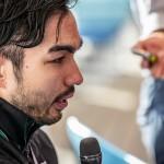 インタビューを受ける鈴木孝幸(GOLDWIN) 写真提供:日本身体障がい者水泳連盟