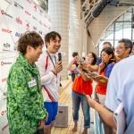 50メートルバタフライS9後にインタビューを受ける奥・山田拓朗(NTTドコモ)、手前・久保大樹(ケービーエスクボタ) 写真提供:日本身体障がい者水泳連盟