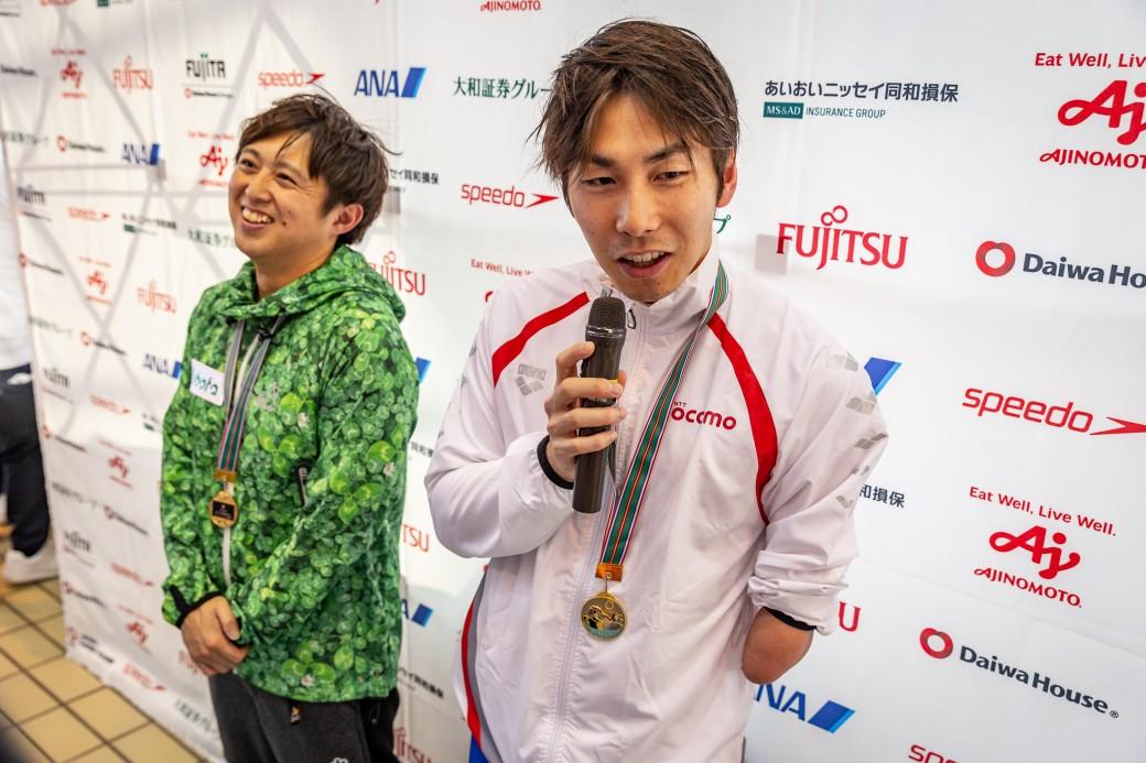 インタビューを受ける、手前・山田拓朗(NTTドコモ)、奥・久保大樹(ケービーエスクボタ) 写真提供:日本身体障がい者水泳連盟