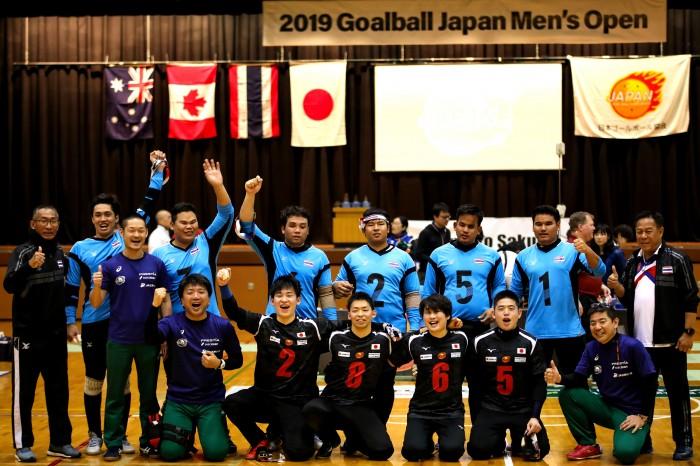 優勝を飾った日本代表A。決勝を戦ったタイ代表と。前列黒ユニフォーム左から宮食行次(B3)、田口侑治(B3)、辻村真貴(B2)、山口凌河(B1)