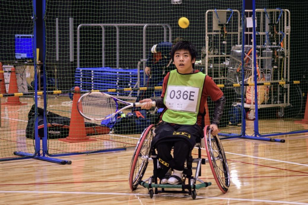 車いすテニスを体験する参加者
