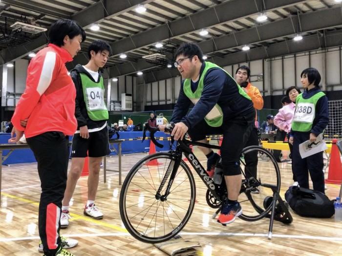 トライアスロン用バイクを体験する参加者