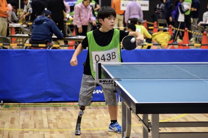 卓球に挑戦する小学5年生の齋藤暖太くん