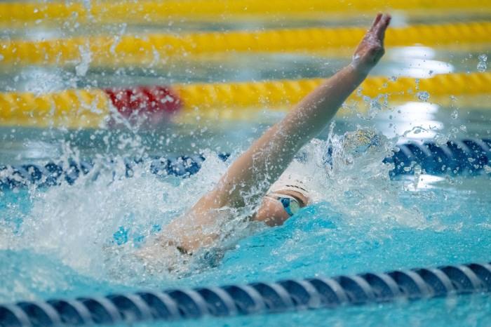 50メートル自由形S13を泳ぐ 辻内彩野(弱視/OSSO南砂)