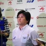 レースが終了し、記者たちに囲まれる峰村史世日本代表監督 写真・望月芳子