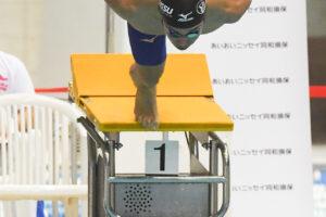 100メートルバタフライS11をスタートする富田宇宙(全盲/日体大大学院) 写真・吉村もと