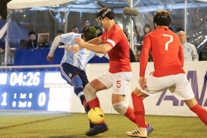 サッカーをする弟の子供が緑のヘアにしているのを見て、げん担ぎのため真似したというアルゼンチンのマキシミリアーノ・エスピニージョ。今大会では得点王・MVPに輝いた (写真・内田和稔)