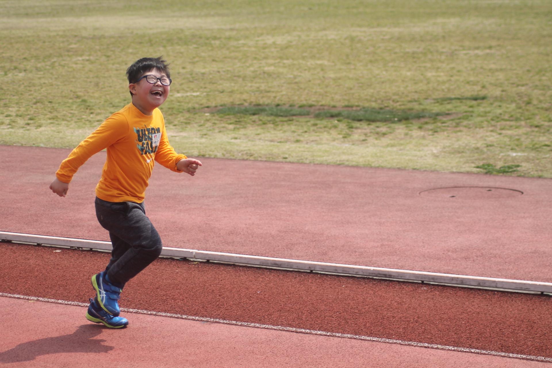 全ての選手のデモンストレーションが終わり、誰もいない陸上競技場を思うがままに走っていたと子ども