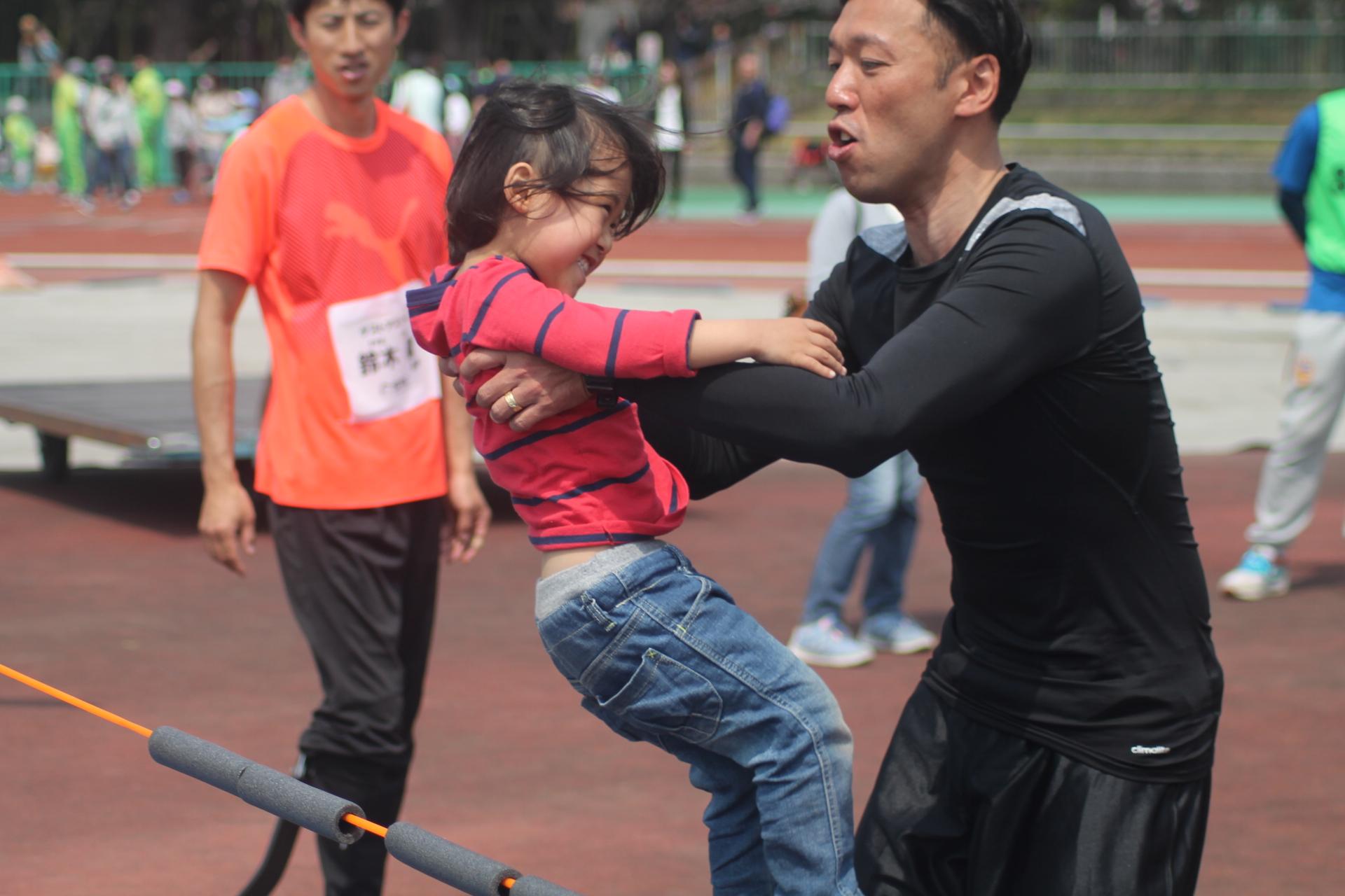 お父さんに抱っこしてもらいながら走高跳に挑戦した子どもは「お父さんのおかげでできた!」と、終始笑顔ではしゃいでいた