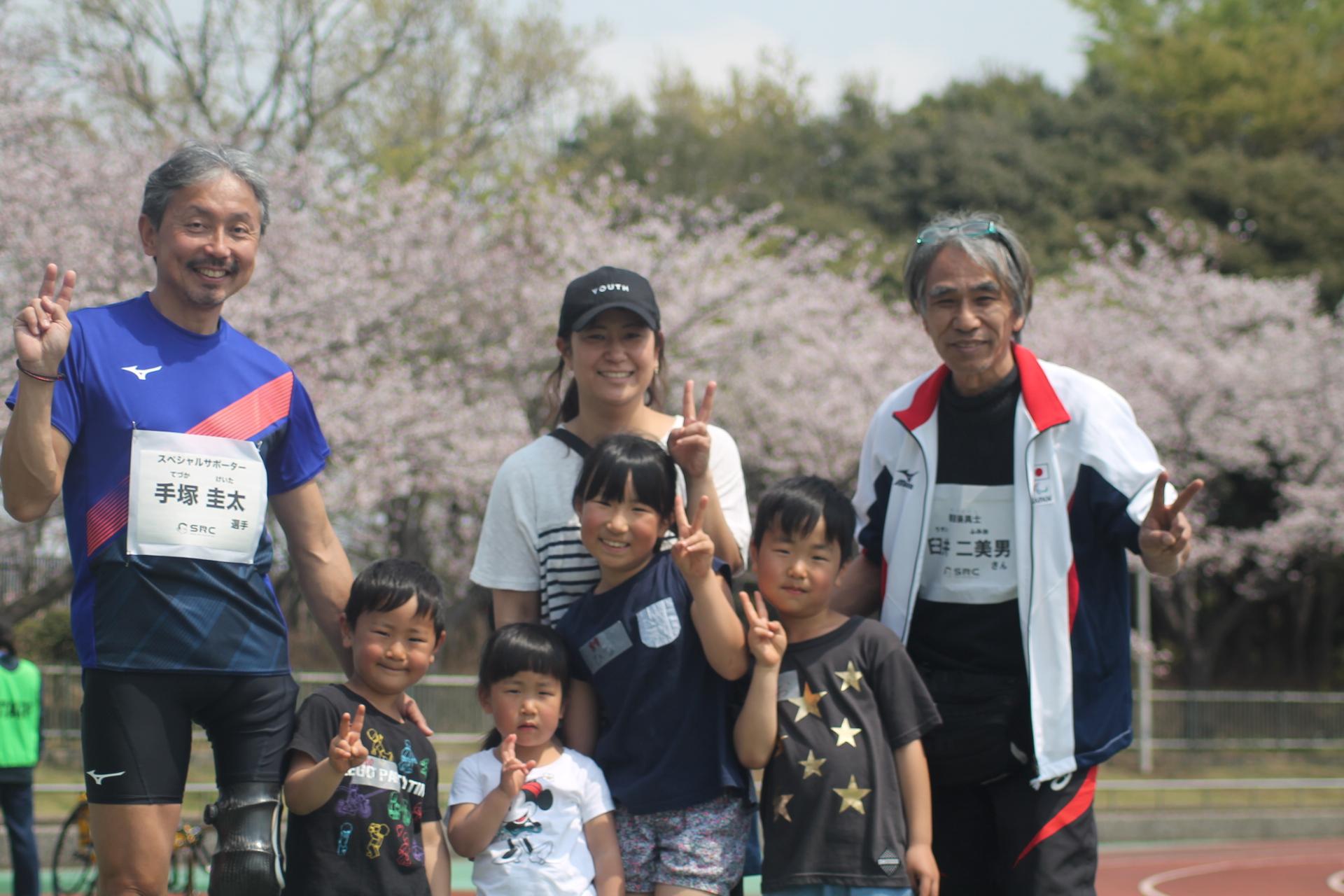 義足のアスリートやトップ選手をサポートする義肢装具士さんらと記念撮影する参加者