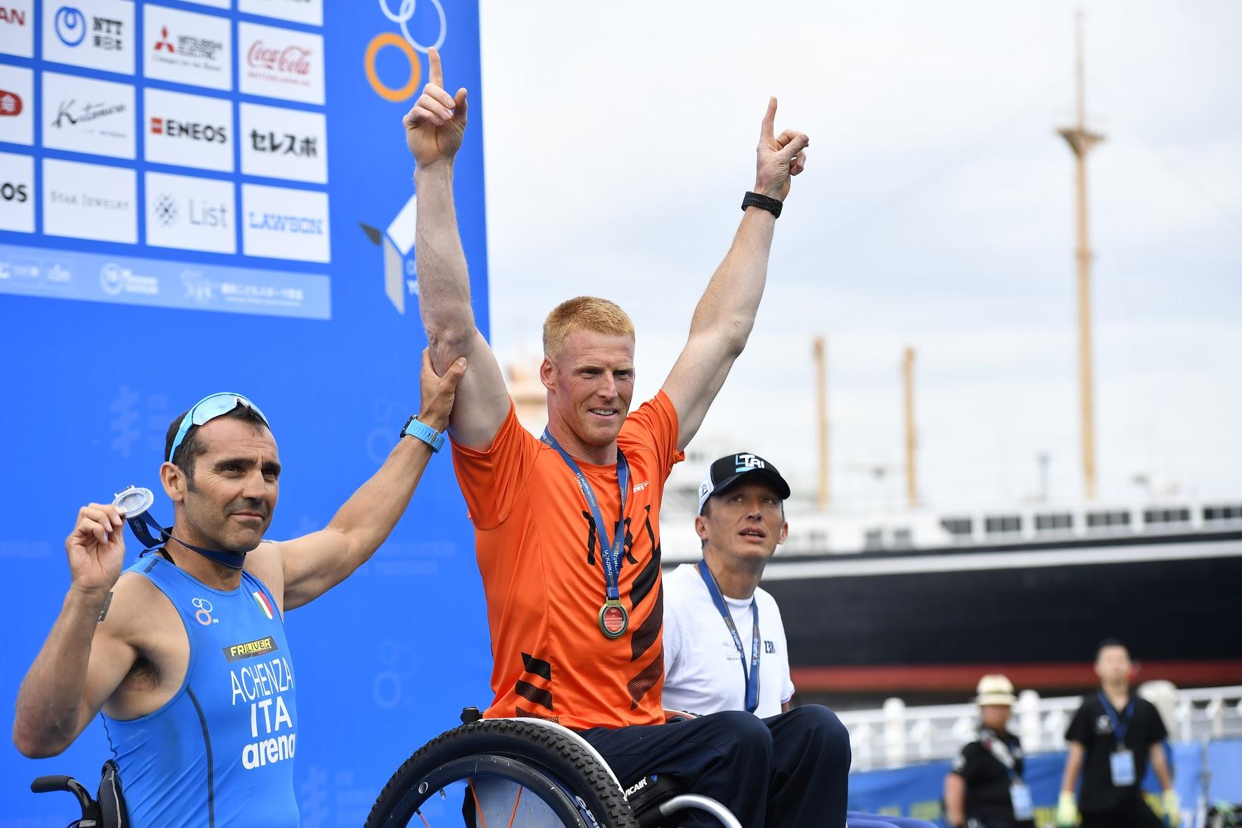すべてのクラスを通してトップタイムだった、車椅子のヘールト・スキパー(オランダ)の表彰式 写真・山下元気