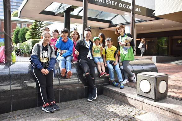 カメラをもって観戦にきた子供たち。ジャーナリストの堀潤さんと。 写真・佐々木理佐