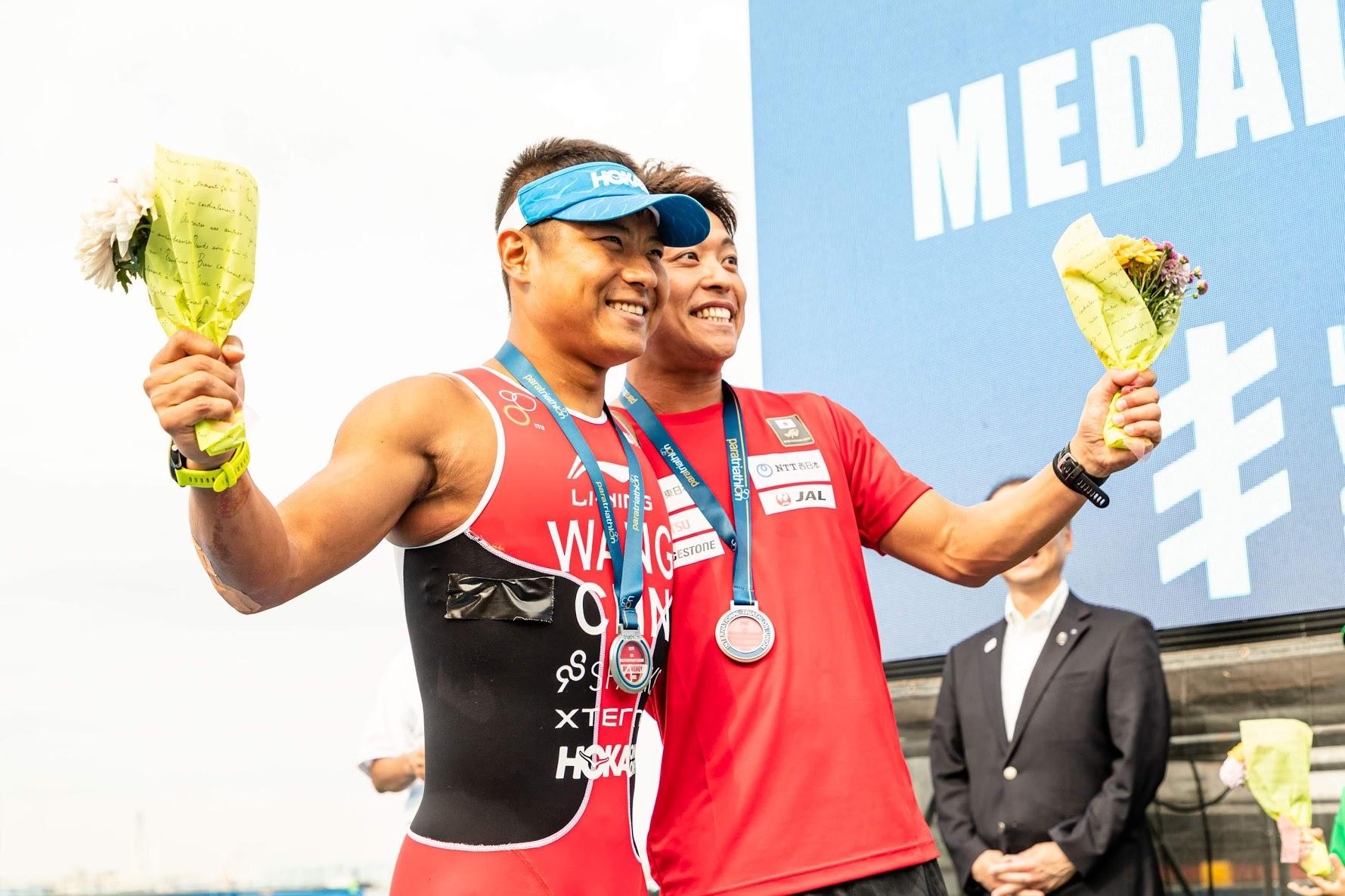 銀メダルの中国の王家超と銅メダルの日本の宇田秀生の表彰後 写真・木田光重