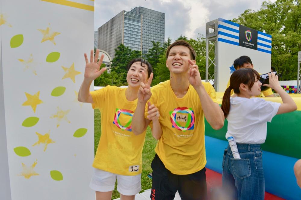 水鉄砲の攻撃をかわしながらゴールをともにめざした、パラ水泳日本代表・木村敬一とプロゴルファー・東尾理子。レース後の記念写真