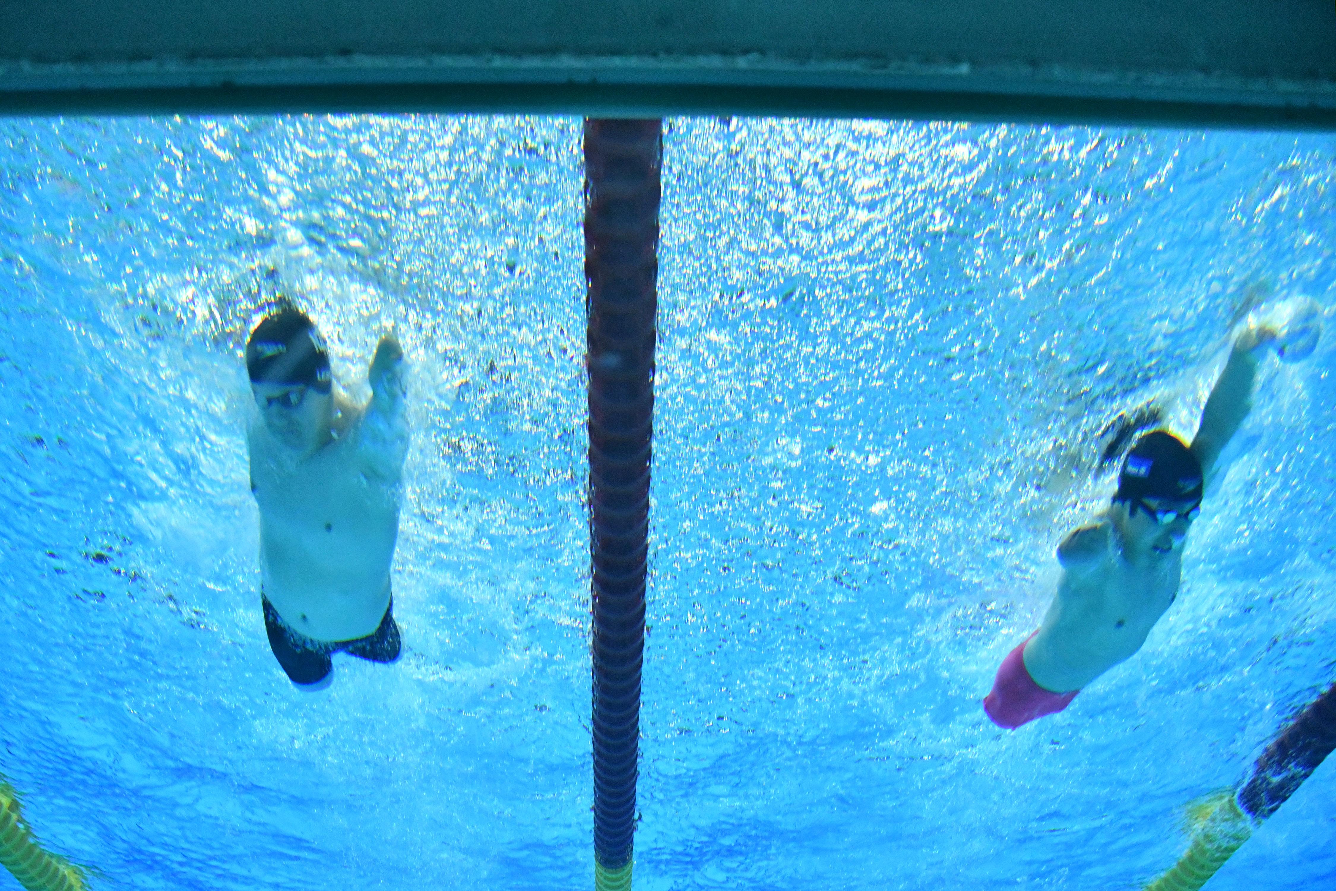 男子50m自由形S4のゴールタッチ直前の泳ぎ。左:キャメロン・レスリー 、右:鈴木孝幸(NZL) 、右: