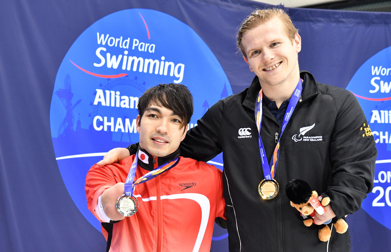 50m自由形S4 表彰式。左:鈴木孝幸、右:キャメロン・レズリー (NZL)