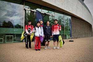 メインプールで行われた午後の練習に参加した日本代表選手のうち、偶然会うことのできた選手たち。左から中島啓智、石浦智美、山口直秀、富田宇宙、山田拓朗。アクアティクスセンター前にて。
