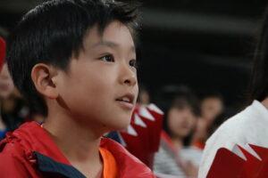 「池崎選手、すごくかっこいい!」とコートを見つめる杉並第三小の児童 写真・久下真以子