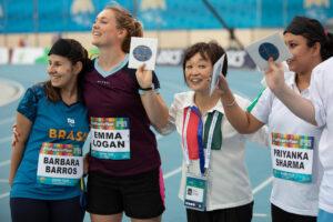 11月15日、ドバイ2019パラ陸上世界選手権最終日に開催されたメディアレースの入賞者に次回開催地神戸のお土産がプレゼントされた 写真・IPC Ahletic Official Photo