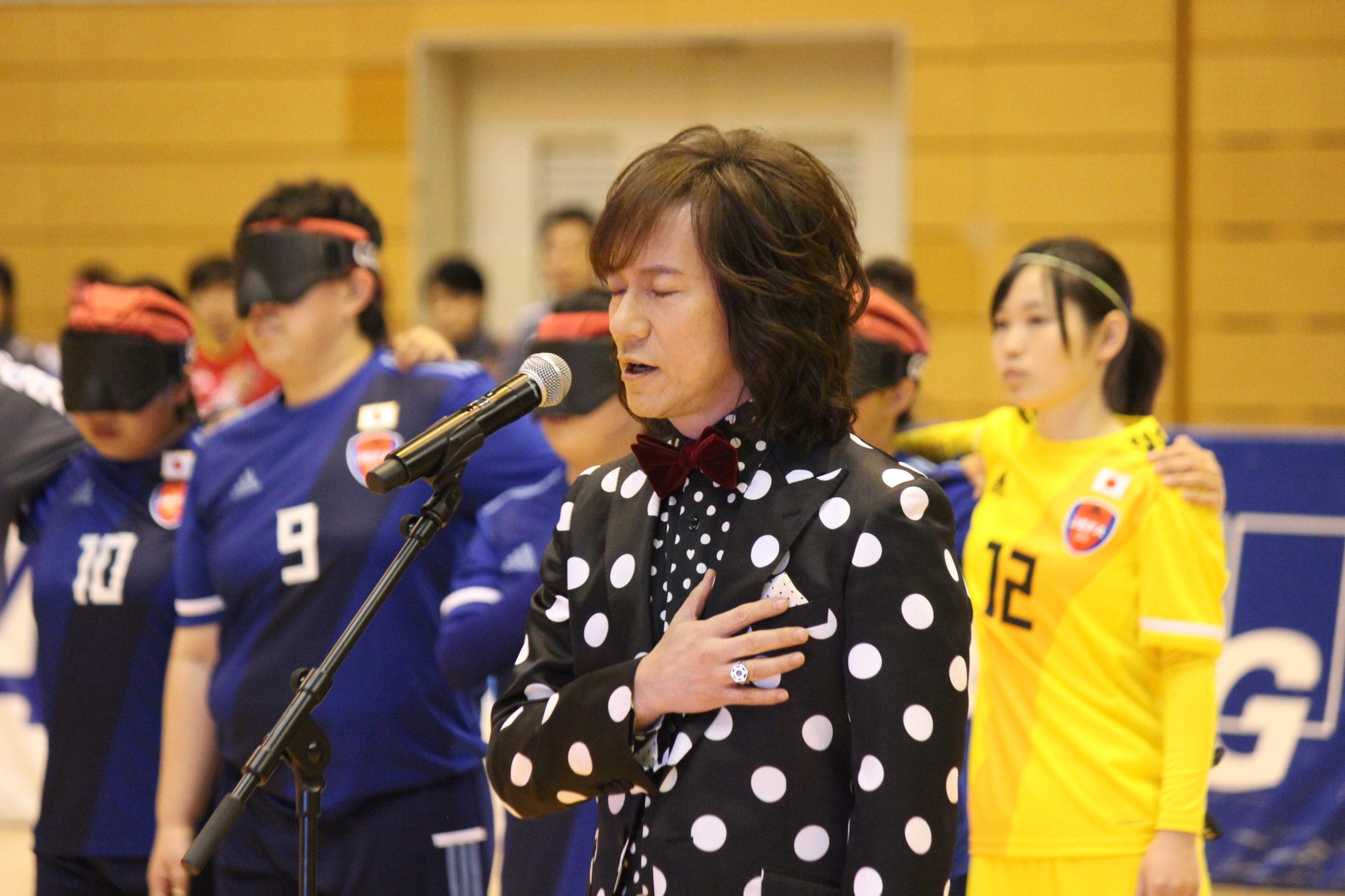 開会式で唄うダイヤモンドユカイの写真