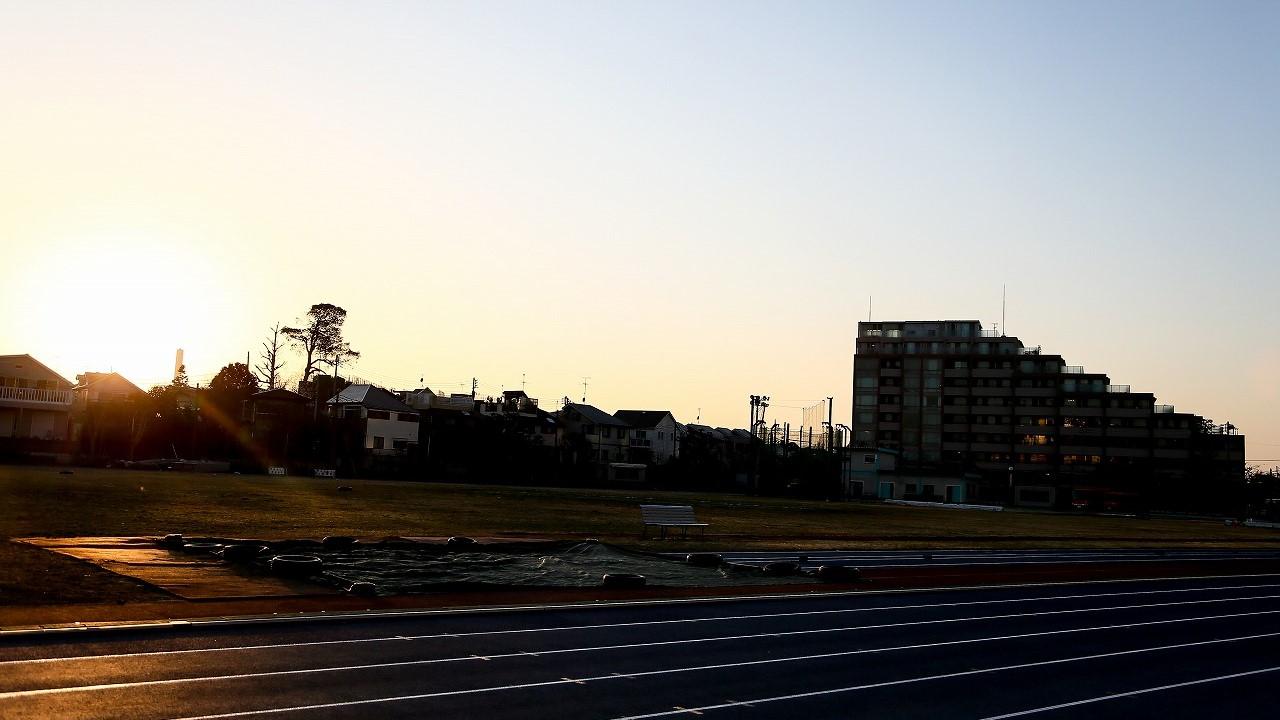 日が沈みかけた陸上競技場の画像