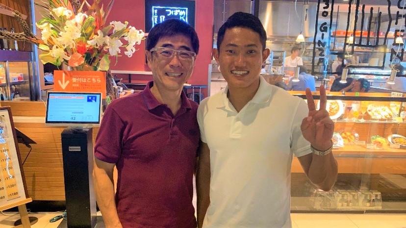 若生選手と小林もとおさんの笑顔のツーショット画像