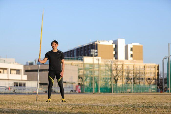 今年2月、愛用のやりを持って、ホームの日本大学のグラウンドに立つ若生裕太。筆者撮影