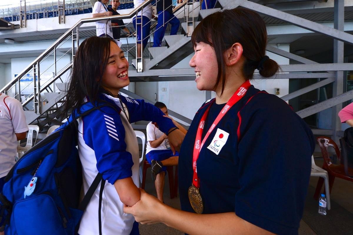 写真、2013年クアラルンプールで行われたアジアユースパラゲームズで一ノ瀬メイとお互いを称えあう鎌田美希