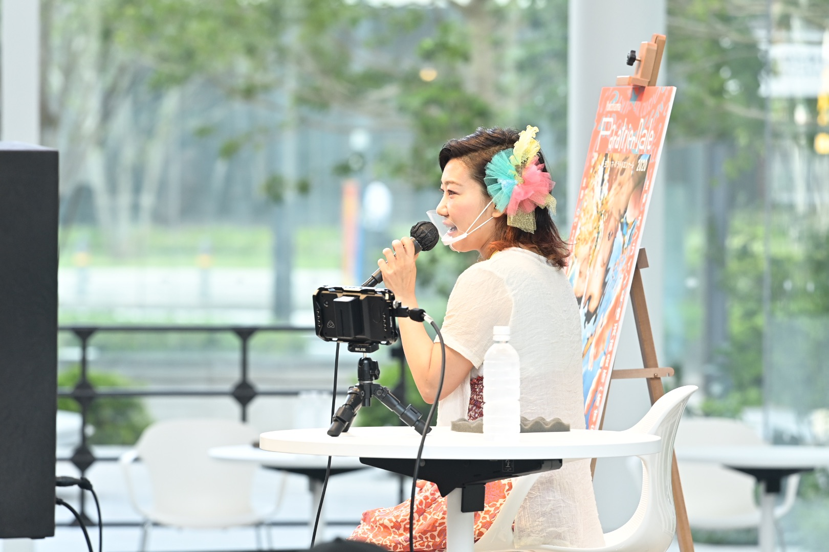 公開授業で小学生に語りかける栗栖良依氏 ヨコハマ・パラトリエンナーレ総合ディレクター